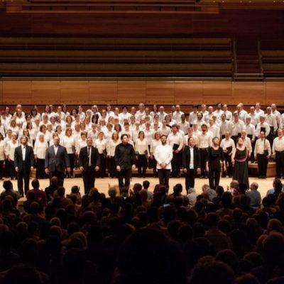 Salut final, Kent Nagano et les chefs des six choeurs invités.  Photographie par Ulysse del Drago 2017
